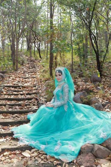 bride in teal dress